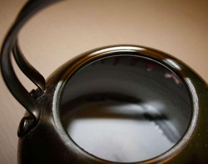 Как очистить чайник с внешней стороны и внутри