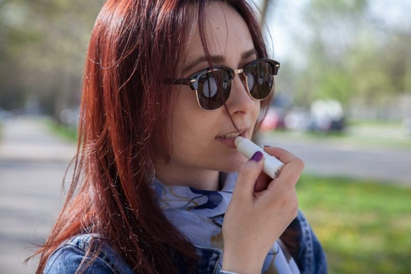 Почему трескаются губы - загар